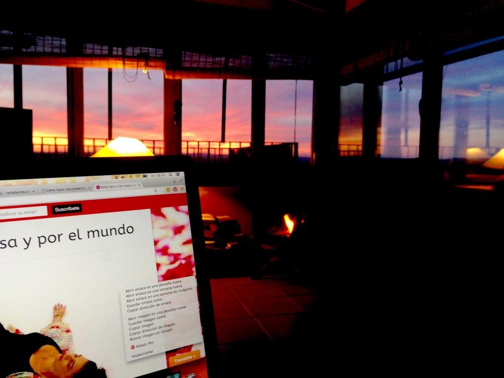 Laura López Coto trabajando en su ordenador