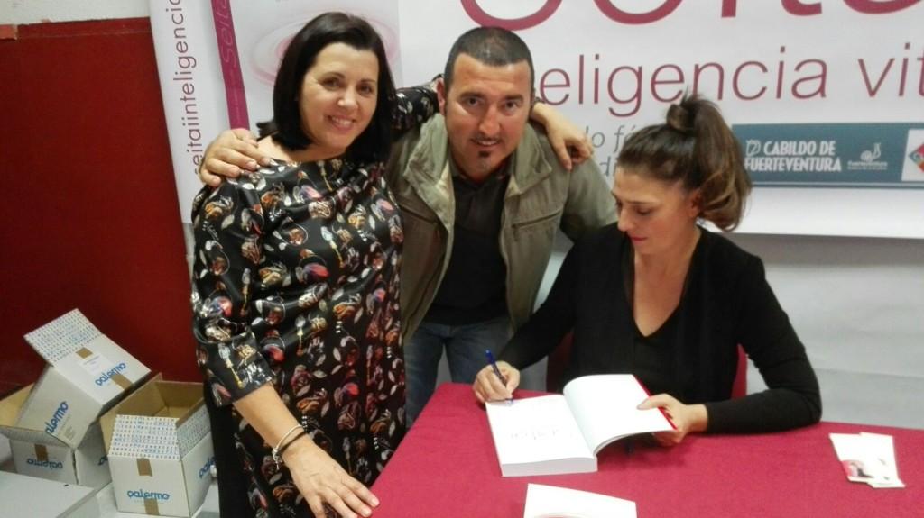 Firmando libros con Loly Carballido, mi apreciada maestra de ceremonias en la Isla y Carmelo, un lector muy querido para mi.