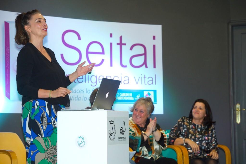 Laura López Coto durante la presentación del libro Seitai Inteligencia VItal ante un aforo lleno.